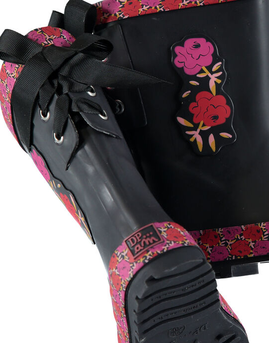 Botte de pluie en caoutchouc noir rehaussée par des bandes imprimées florales, d'un patch roses sur le côté et d'un jeu de lacets à l'arrière. Semelle extérieure en caoutchouc exclusif DP…am au dessin ludique. GFBPNOI / 19WK35G2D0C090