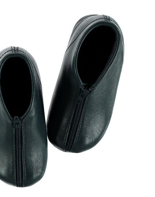 Chausson bottillon en cuir marine avec un bord contrastant bleu clair. Arrière montant permettant un bon maintien du pied. Doublure et semelle intérieure en éponge pour plus de confort et de douceur.  GBGBOBEBE / 19WK38B1D0A070