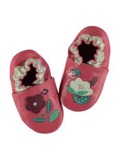 Chausson bébé désassorti en cuir souple fuchsia avec patchs et broderies fleurs colorés. Conçu pour garantir une sensation de marche pied nu et avec un élastique au niveau de la cheville pour limiter le risque de déchaussement. GNFLOWER / 19WK37Z3D3S304
