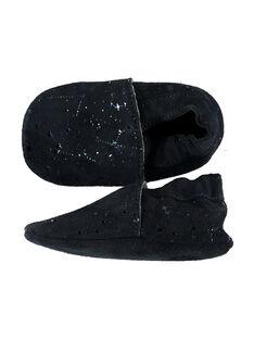 Chausson bébé en croûte de cuir marine avec un imprimé constellation bleu brillant. Conçu pour garantir une sensation de marche pied nu et avec un élastique au niveau de la cheville pour limiter le risque de déchaussement. GNFSTAR / 19WK37Z1D3S070