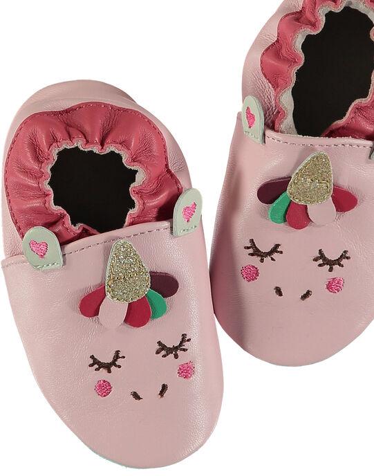 Chausson bébé en cuir souple rose pâle avec une animation licorne sur le devant et sa corne en 3D. Conçu pour garantir une sensation de marche pied nu et avec un élastique au niveau de la cheville pour limiter le risque de déchaussement. GNFLICO / 19WK37Z4D3S321