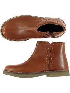 Boots en cuir camel réhaussée par des rivets dorés sur le col et le côté extérieur. GFBOOTCHRI / 19WK35I8D0D804