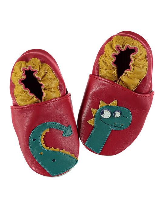 Chausson bébé en cuir rouge désassorti avec patchs dragon. Conçu pour garantir une sensation de marche pied nu et avec un élastique au niveau de la cheville pour limiter le risque de déchaussement. GNGDRAGON / 19WK38Z3D3S050